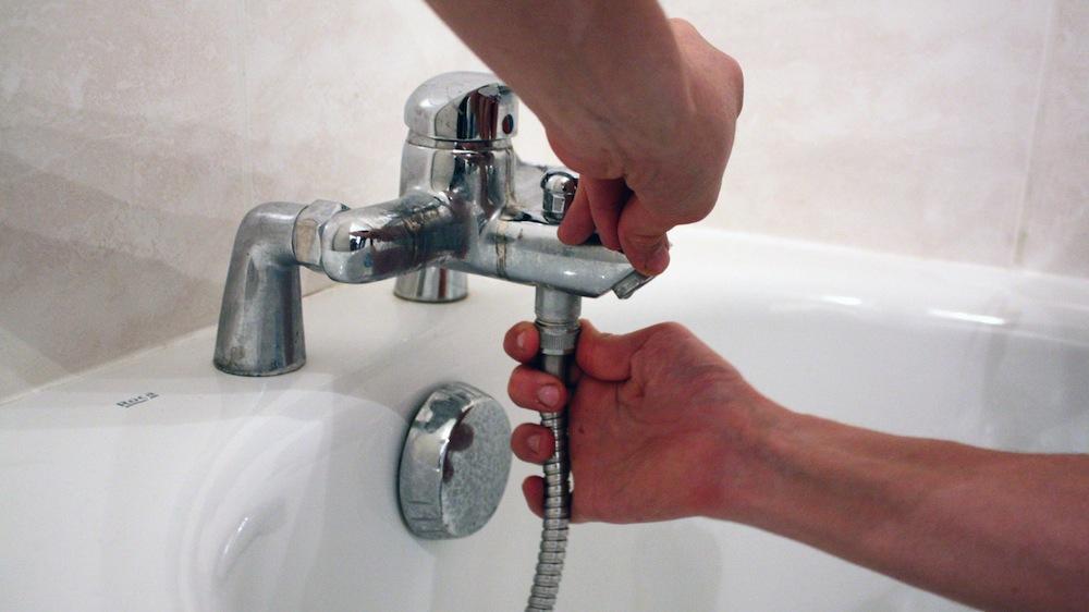 Comment changer un robinet de cuisine avec douchette ?