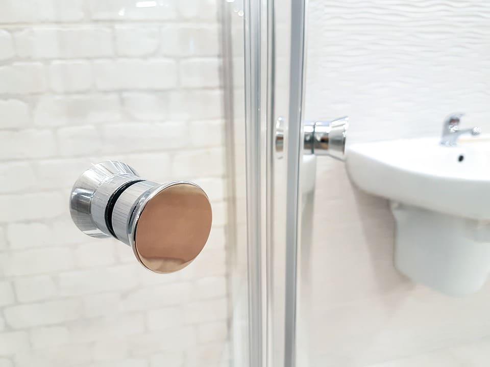 Faire appel à un professionnel pour installer une douche