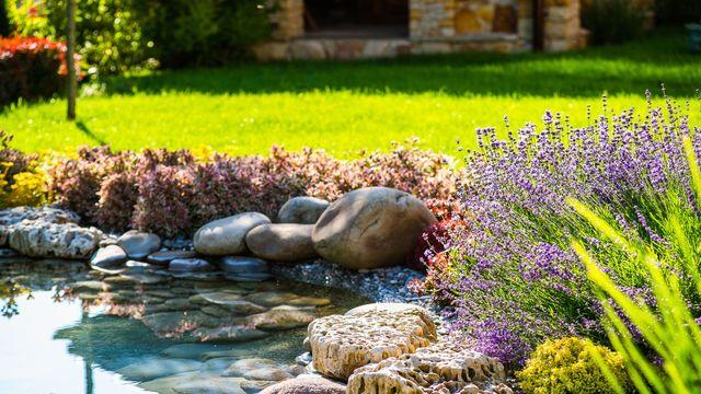 Comment jardiner avec du gazon synthétique ?